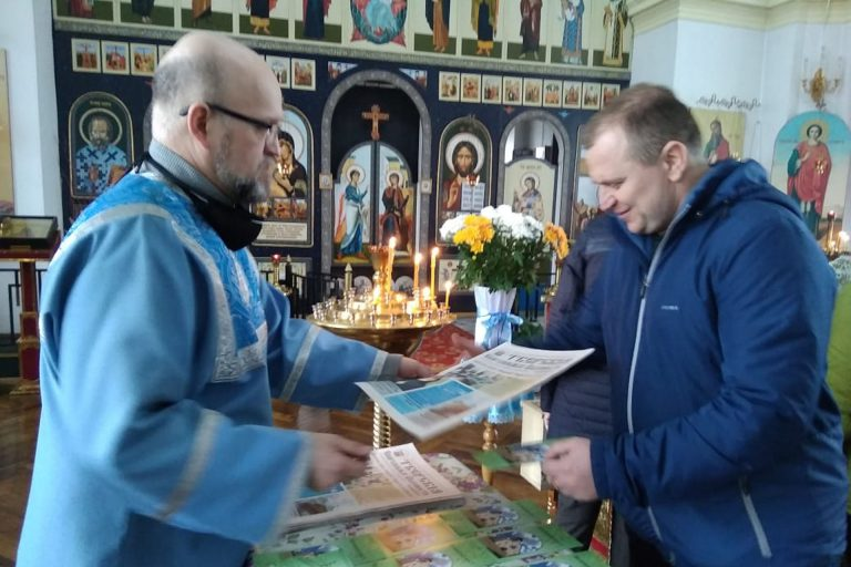 Раздача духовной литературы в Ильинском храме г. Торжка
